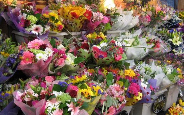 everyone can use flower arranging tips when you can pick up a bouquet of flowers just about anywhere