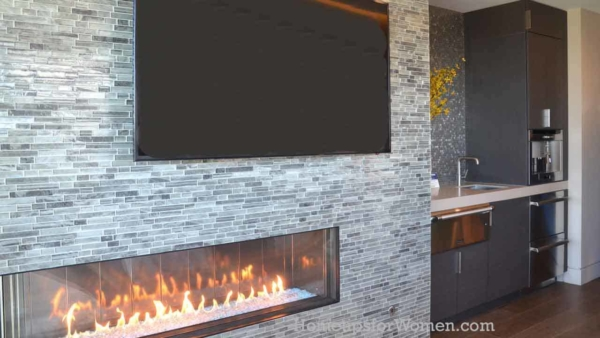 how many wall decor ideas are here? horizontal fireplace, horizontal tile wall covering as backdrop to flat screen TV